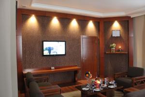 Uma TV ou centro de entretenimento em Astoria Hotel