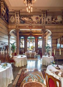 A restaurant or other place to eat at Hotel Laurin