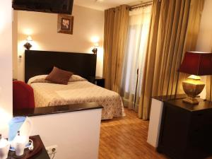 A bed or beds in a room at Hostal Tres Soles