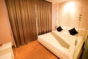 A bed or beds in a room at Glitz Bangkok