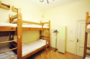 Двухъярусная кровать или двухъярусные кровати в номере Avord Hostel