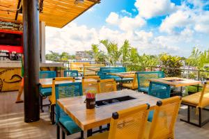 A restaurant or other place to eat at Nomads Hotel & Rooftop Pool Cancun