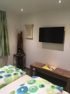Televízia a/alebo spoločenská miestnosť v ubytovaní Haus Gsenger