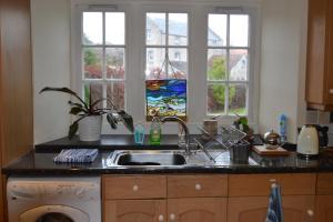 A kitchen or kitchenette at Dreel Cottage