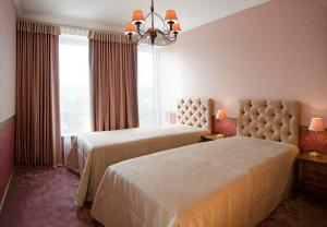 Кровать или кровати в номере Ursula Royal Apartments