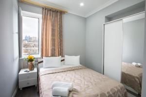 Cama ou camas em um quarto em Leyla Apartments 2 At Fountain Square