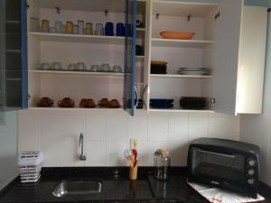 A kitchen or kitchenette at Apartamento na Praia Enseada