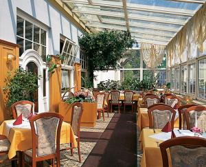A restaurant or other place to eat at Hotel - Restaurant Kurhaus Klotzsche