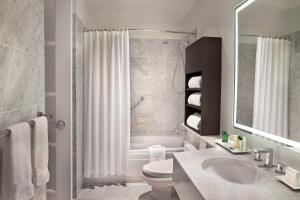 A bathroom at Hilton Suites Toronto-Markham Conference Centre & Spa