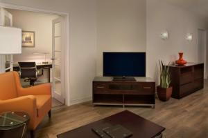 A television and/or entertainment centre at Hilton Suites Toronto-Markham Conference Centre & Spa