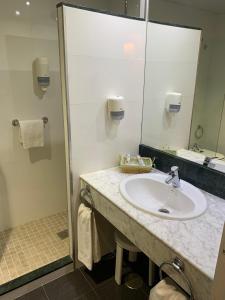 A bathroom at Hotel Santo Domingo Lucena