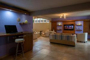 Una televisión o centro de entretenimiento en Hotel Victoria