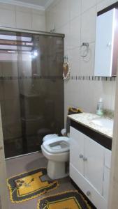 A bathroom at Casa superconfortavel
