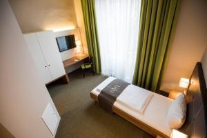 Ein Bett oder Betten in einem Zimmer der Unterkunft RiKu HOTEL Neu-Ulm