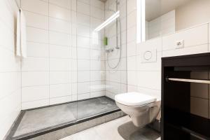 Ein Badezimmer in der Unterkunft RiKu HOTEL Neu-Ulm