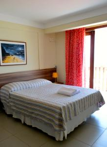 A bed or beds in a room at Sol Nascente Hotel Beira Mar