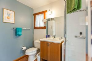 A bathroom at Poolside Cottage - Walk to CalTech