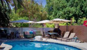 The swimming pool at or near Poolside Cottage - Walk to CalTech