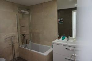 A bathroom at Apartment with view on Lisbon Tage & swimming pool