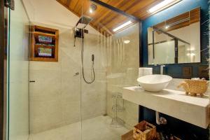 A bathroom at Malie Chalés
