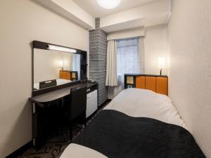 A bed or beds in a room at APA Hotel Kurashiki Ekimae
