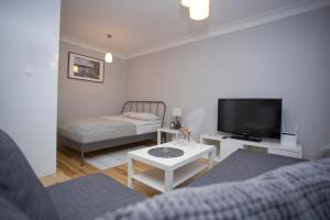A bed or beds in a room at Apartament Ścisłe Centrum Aleja Bluesa
