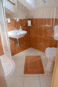 A bathroom at Anna Apartman