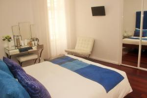 A bed or beds in a room at Tavira House