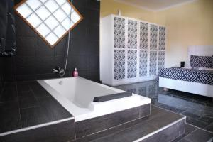 Ванная комната в Palmeiras Guest House Matola