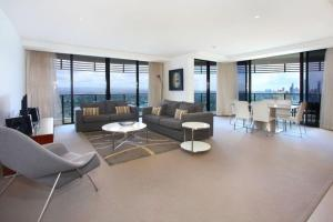 A seating area at Luxury 3 Bedroom in heart of Broadbeach