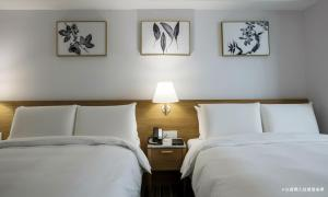 A bed or beds in a room at The Carlton Taichung