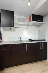 A kitchen or kitchenette at Solaris Camping Mobile Homes