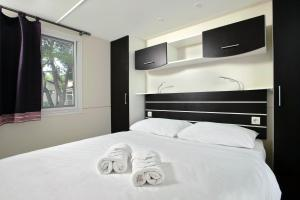 A bed or beds in a room at Solaris Camping Mobile Homes
