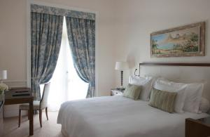 A bed or beds in a room at Belmond Copacabana Palace