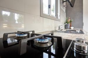 A kitchen or kitchenette at BIG4 Launceston Holiday Park