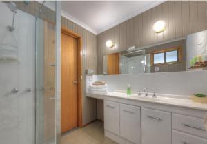 A bathroom at Kyabram Country Motel