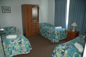 A bed or beds in a room at Bentleigh Motor Inn