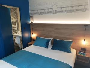 Een bed of bedden in een kamer bij Hôtel des Halles