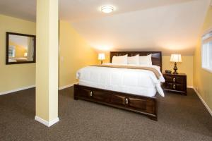 A bed or beds in a room at Edelweiss Lodge