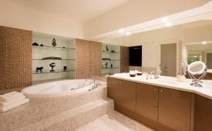 A bathroom at Jamala Wildlife Lodge
