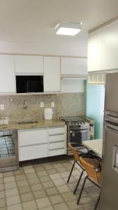 A kitchen or kitchenette at Apartamento Ponta Verde Maceio