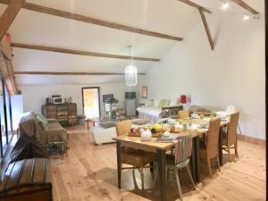 Restaurant ou autre lieu de restauration dans l'établissement Magnificent Renovated Farmhouse