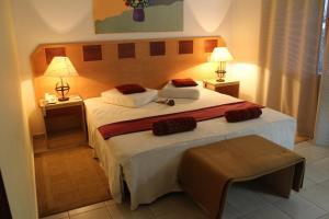 A bed or beds in a room at Hotel Quinta das Pratas