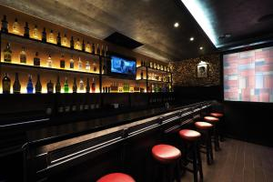 El salón o zona de bar de Alessandro Downtown & Bar