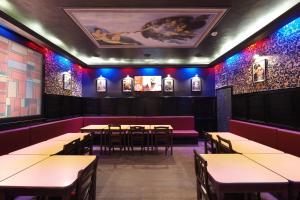 Un restaurante o sitio para comer en Alessandro Downtown & Bar