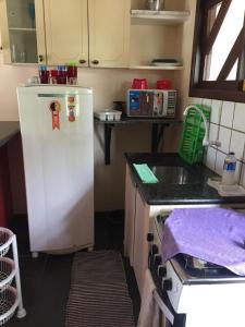 A kitchen or kitchenette at Residencial Ohana Porto Seguro