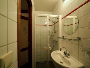A bathroom at Hotelboat Sarah