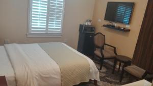 A bed or beds in a room at Rio Vista Inn & Suites Santa Cruz