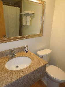 A bathroom at Crystal Inn - Neptune