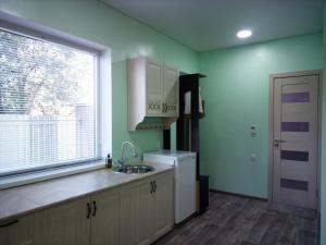 A kitchen or kitchenette at СО Заря 211